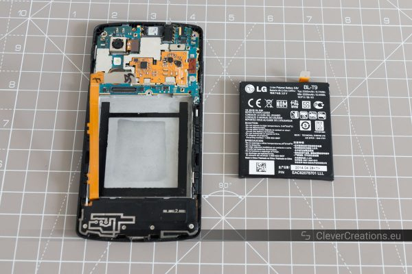 A partially disassembled LG Nexus 5, with next to it the battery.