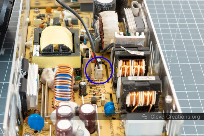 A blue circle used to indicate the position of a fan header on the circuit board of a 3D printer PSU.